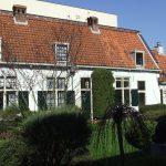 Tuin en huisjes in Hofje van Bakenes in Haarlem