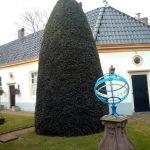 Zonnewijzer in het voorste deel van de tuin van het Vrouwe- en Anthony Gasthuis