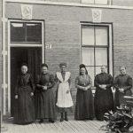 Bewoonsters Hofje der twaalf apostelen aan de gedempte voldersgracht 21 op 27-12-1910.